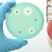 Kampen mot antibiotikaresistens: Framtidens antibakteriella behandlingar – vad är på gång?